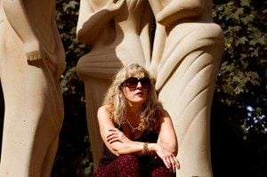 Saskia in front of a statue
