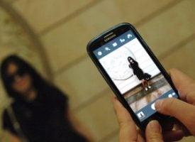 Saskia taking a photo on her smartphone