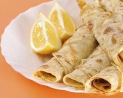 Pancakes and lemon wedges