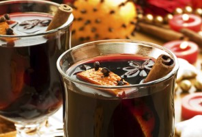 Mulled wine with slice of orange and spices.