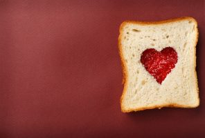 Sandwich of white bread with a heart